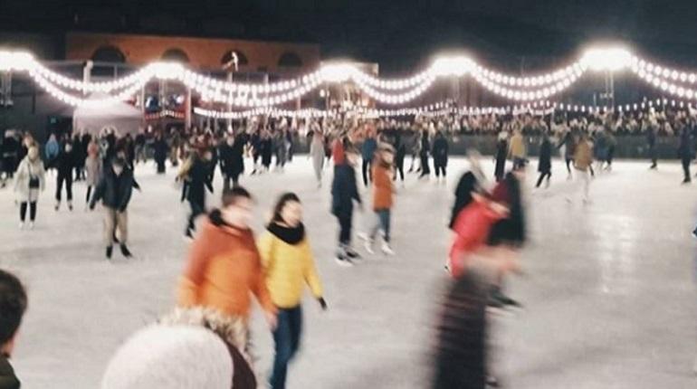 В ЦПКиО с 1 декабря заработал искусственный каток. В первый день зимы любители активного зимнего отдыха приняли участие в катаниях на Елагином острове. Всем желающим хватило места, весь день катались дети и взрослые.