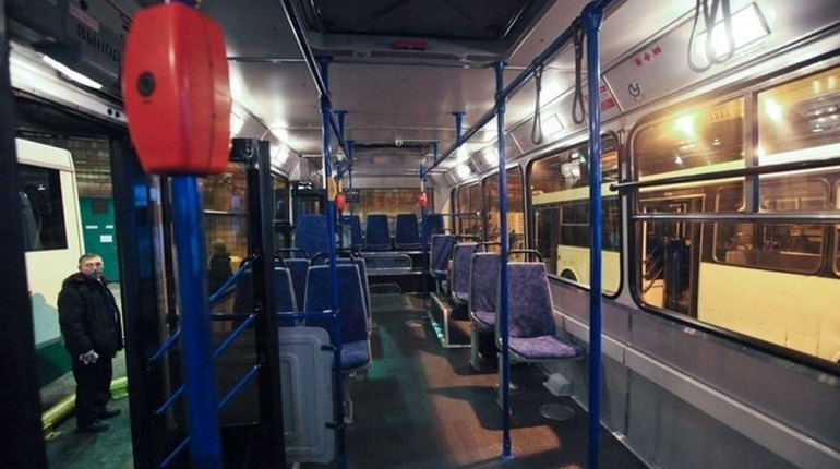 Пассажиру автобуса, проезжающего по улице Коммуны в Петербурге 1 декабря, стало дурно во время движения транспорта. Позже пожилого мужчину госпитализировали в одну из больниц Северной столицы.