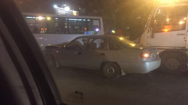 На Ветеранов в ДТП угодили две маршрутки и «легковушка»