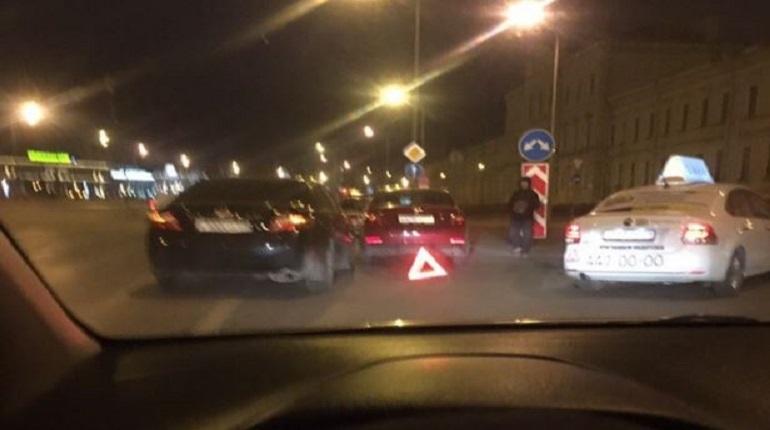В ночь с 1 на 2 декабря на Арсенальной набережной в Петербурге произошло дорожно-транспортное происшествие. Очевидец уточнил, что на автомобиле Skodaосталась царапина от крыла и до багажника.