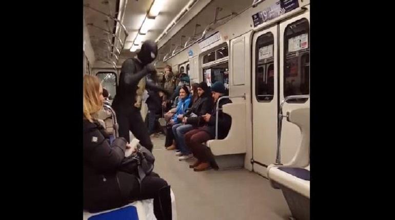 На фиолетовой ветке метро Петербурга Человек-паук развлек скучающих пассажиров подземки. Видеоролик с зажигательным танцем появился в сети 1 декабря.