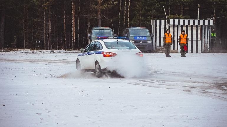 В Ленинградской области военные автоинспекторы ЗВО прошли курсы экстремального и контраварийного вождения.