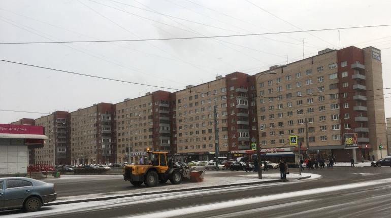 Снег, о котором предупреждали синоптики, пошел почти во всех районах Петербурга днем в воскресенье, 2 декабря. Однако снежный фронт уходит из центральных районов на запад.