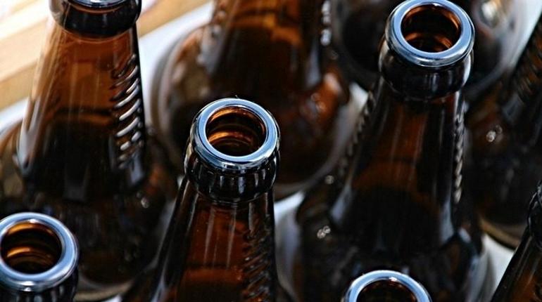 Полиция изъяла больше 740 литров спиртного, которое продавали с нарушениями законодательства в магазине на Тимуровской улице в Калининском районе Петербурга.