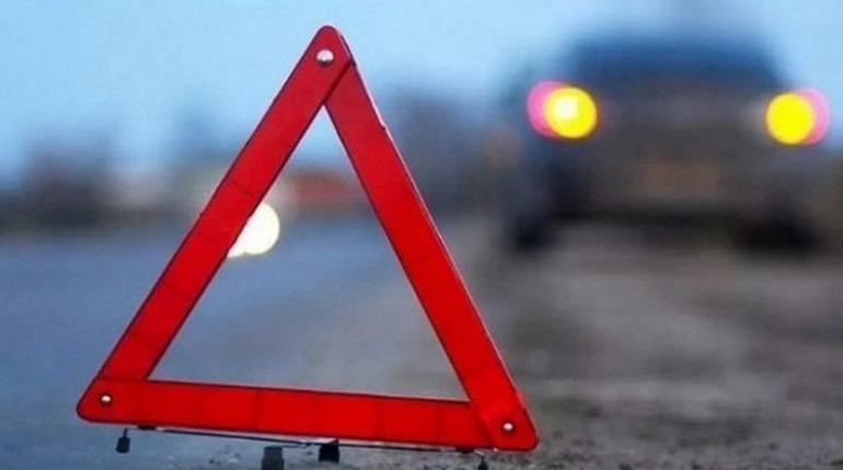 Смертельное ДТП произошло в Тихвинском районе Ленобласти. Иномарка сбила женщину, которая перебегала дорогу в неположенном месте.