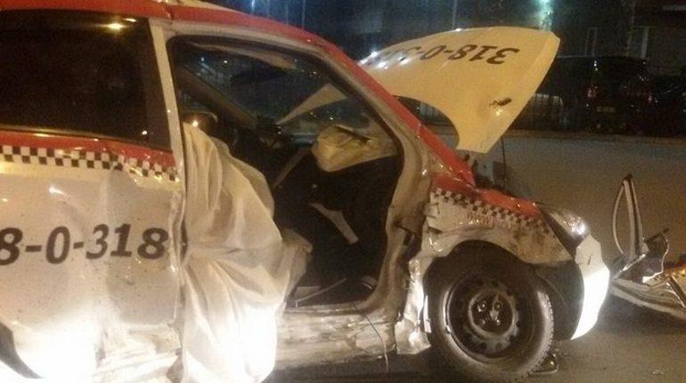 Сотрудники полиции в Петербурге ищут водителя, который протаранил Ford на проспекте Королева. В результате ДТП погибла пассажирка такси.