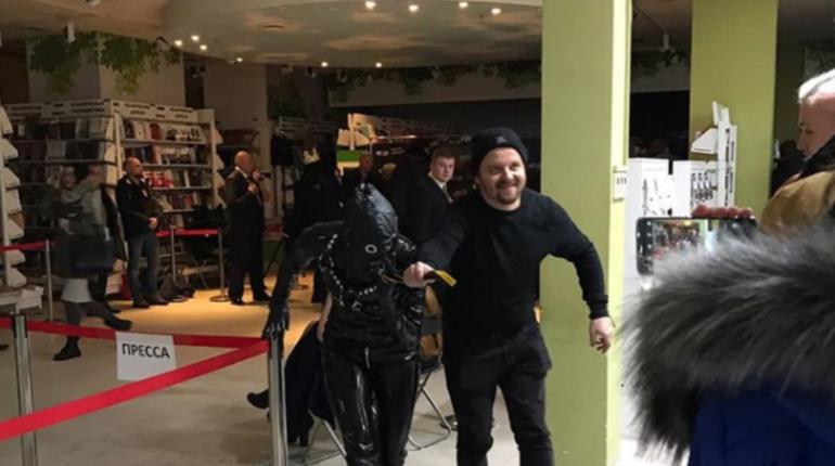 Петербуржцы выкладывают в соцсети фотографии с музыкантом группы Rammstein Тиллем Линдеманном, который раздавал автографы в книжном магазине на Невском. Некоторые пришли на встречу с детьми, а самым активным удалось прогуляться с подругой артиста на поводке.
