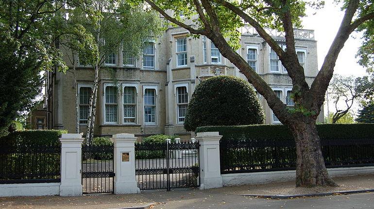 Российское посольство в Великобритании отреагировало на публикацию британских журналистов об операции Лондона на Украине.