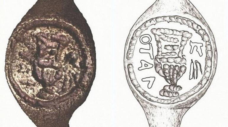 Ученые в Израиле расшифровали надпись на старинном кольце, которое было найдено во время археологических раскопок в 70-х годах прошлого столетия.