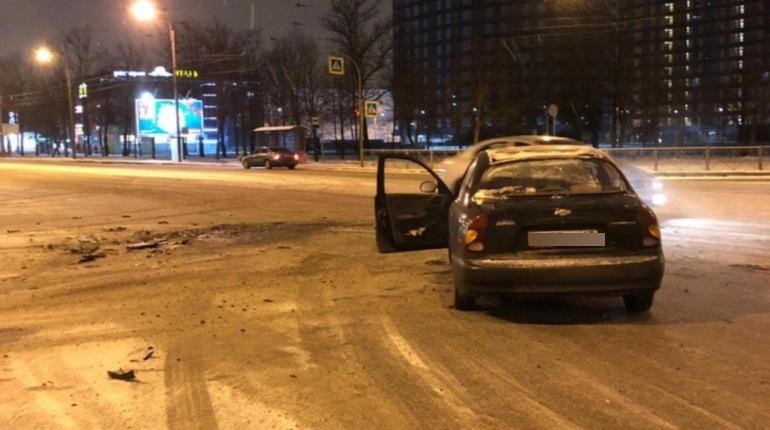 Две иномарки не поделили пустой перекресток Пискаревского и Полюстровского проспектов в Петербурге, сообщают очевидцы в социальных сетях.