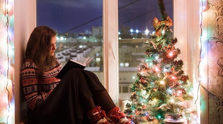 Специалисты рекомендуют украшать елку фонариками на этот Новый год вертикальным способом.