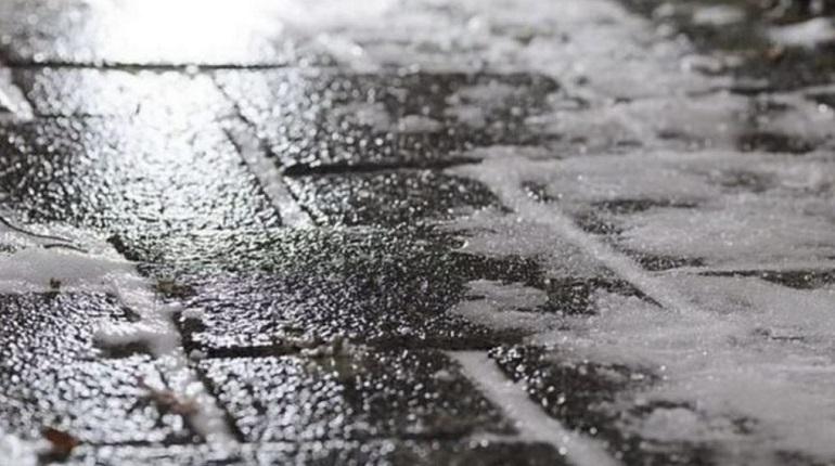 Синоптики обещают в первый день рабочей недели мороз, снегопад и гололед на улицах. 3 декабря в Ленобласти температура воздуха может упасть до «минус» 13 градусов, поэтому стоит одеваться теплее. Усугубит ситуацию сильный ветер, порывы которого днем достигнут 7-12 м/с.