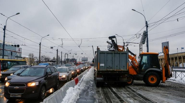 В Петербурге выпал первый декабрьский снег. Вместе с новогодним настроением в северную столицу пришли пробки и гневные комментарии в адрес комитета по благоустройству, который должен зачищать дороги и тротуары.
