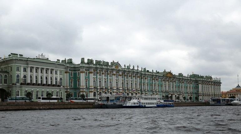 Директор Государственного Эрмитажа Михаил Пиотровский во время прямой линии разъяснил, почему нельзя приходить в музей с водой. Это связано в первую очередь с требованиями безопасности.