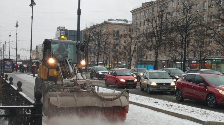 Над уборкой улиц Санкт-Петербурга 3 декабря работали 700 единиц спецтехники и 900 работников ручного труда. Об этом заявили в Комитете по благоустройству Санкт-Петербурга.