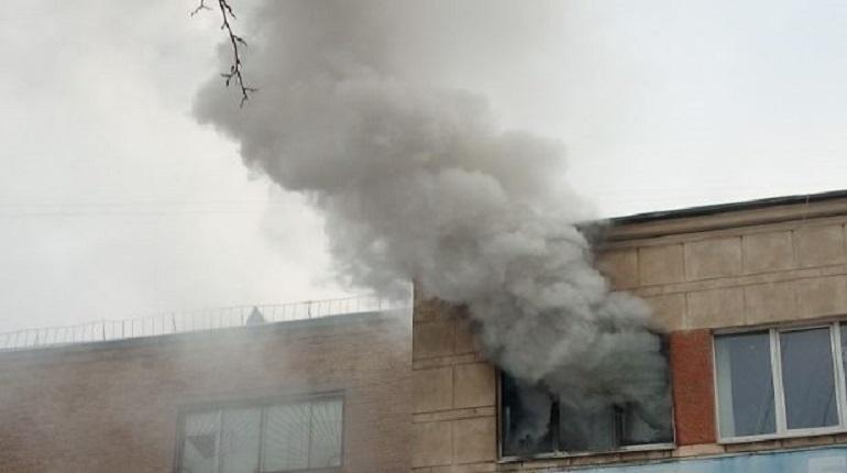 Днем в Ленинградском машиностроительном техникуме имени Ж. Я. Котина начался пожар. 3 декабря очевидцы выложили в сеть снимки с места происшествия в Петербурге.
