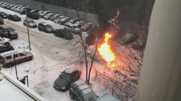 У фитнесс-центра около «Старой деревни» 3 декабря сгорел автомобиль, который заметили очевидцы, приехавшие в торговый комплект «Гулливер» в Петербурге.