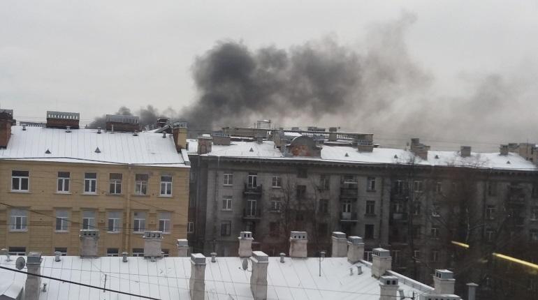 В Петроградском районе Петербурга местные жители заметили черный дым, который вьется около зданий в районе станции метро