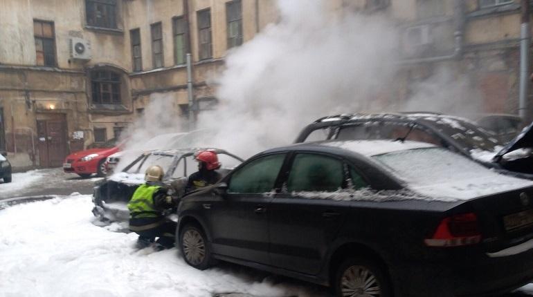 В Петроградской районе Петербурга взорвались два легковых автомобиля. Об этом сообщают свидетели происшествия в социальной сети