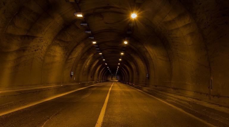 Движение транспорта по четырем полосам Токсовского тоннеля на км 31+433 внутреннего кольца КАД Санкт-Петербурга открыто после ремонтных работ. Об этом заявили в ФКУ Упрдор