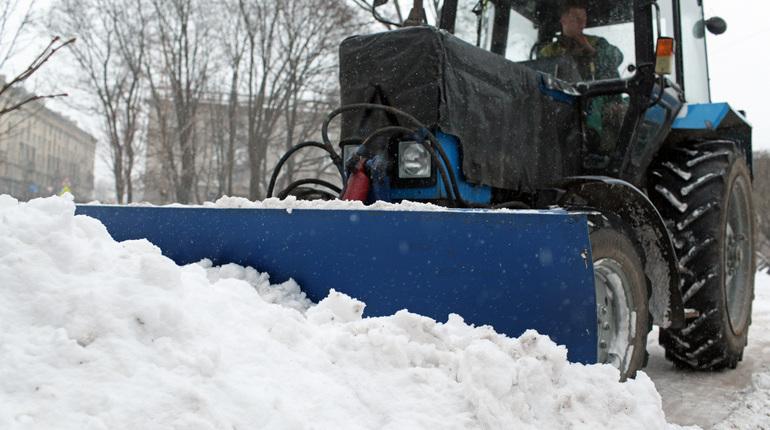 В ходе очистки дорог в Ленинградской области от снега и наледи 1-2 декабря была использована 121 тонна соли и две тысячи кубометров песко-соляной смеси.