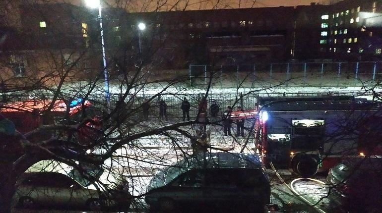 В Петербурге жители дома на Авангардной улице, 3 замерзают на улице. Команды возвращаться в квартиры пока не давали. Ранее их эвакуировали после пожара в квартире на 7 этаже.