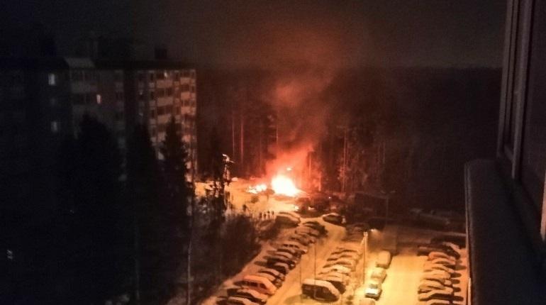 Во Всеволожском районе Ленобласти близ дома 7/1 на Кленовой улицы в Сертолово загорелись два автомобиля. О произошедшем сообщили очевидцы в соцсетях.