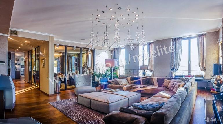 В Петербурге за 159 млн 900 тыс. рублей продают квартиру на Шпалерной в шаговой доступности от Смольного. Судя по фотографиям, в жилье имеются просторная терраса и набор ружей.