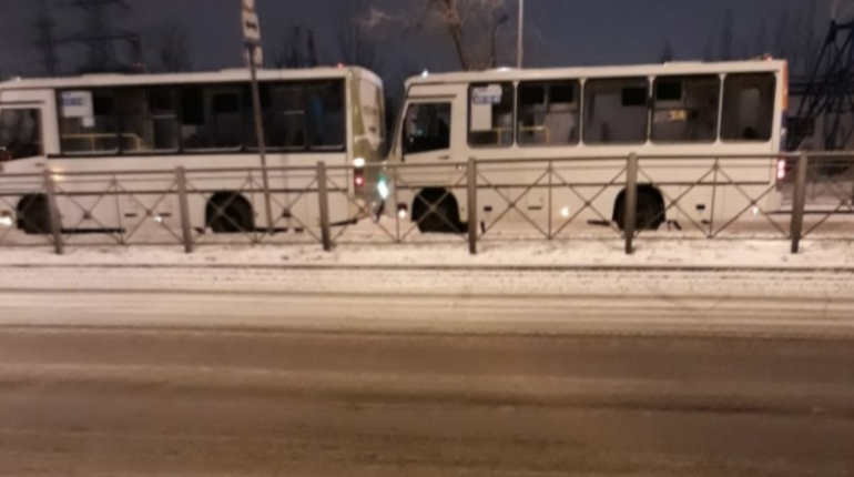 Две маршрутки столкнулись утром 4 декабря в Калининском районе Петербурга. Об аварии сообщают очевидцы.