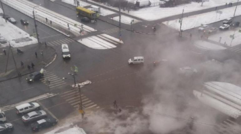 Коммунальная авария произошла днем 4 декабря на перекрестке Маршала Захарова и улицы Десантников в Петербурге. Батареи остывают в 94 домах.