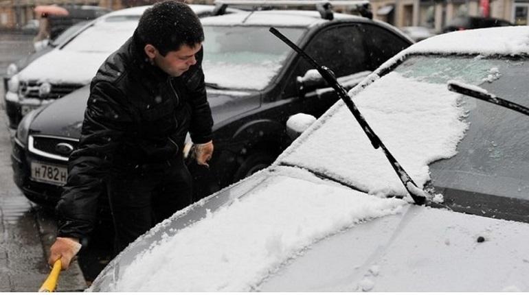 В Петербурге заметно потеплело 4 декабря, поэтому на улицах города скованные гололедицей дороги превратились в грязные и сырые.