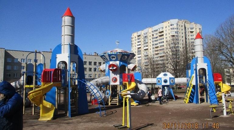По просьбам горожан в Петербурге в 2018 году обновили 30 детских площадок в парках и скверах в разных районах города. Об этом сообщили в пресс-службе Комитета по благоустройству.