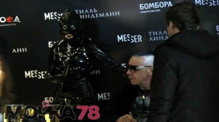 Безмолвная девушка на поводке, с которой лидер группы Rammstein Тилль Линдеманн приехал в Петербург, возмутила феминисток. Немецкого рокера за его перформанс с БДСМ-спутницей назвали женоненавистником и обвинили в пропаганде насилия над женщинами.