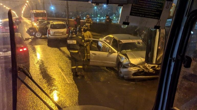 В Невском районе Петербурга в дорожно-транспортное происшествие попали пять автомобилей. Об этом сообщают свидетели аварии в социальной сети