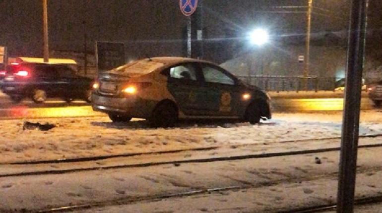 В Выборгском районе Петербурга произошло дорожно-транспортное происшествие с участием каршерингового автомобиля. Об этом сообщают свидетели происшествия в социальной сети