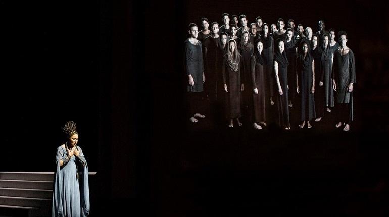В Петербурге в воскресенье, 9 декабря, покажут спектакль Зальцбургского фестиваля в исполнении звёздного состава артистов с Анной Нетребко в заглавной роли. Петерьуржцы смогут посмотреть и послушать оперу в