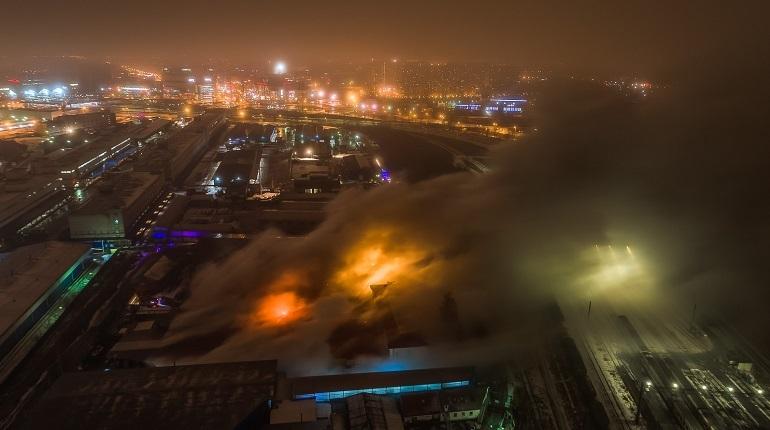 В Невском районе Петербурга уже шестой час горит склад бумаги. Чтобы потушить пожар пришлось привлекать дополнительные средства.