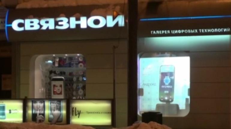 В Кировском районе Петербурга злоумышленник с пистолетом унес из магазина сотовой связи