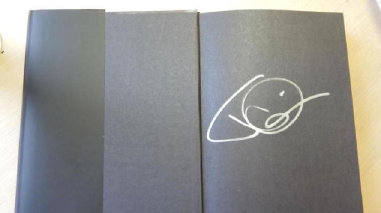 Книгу с автографом лидера группы Rammstein Тилля Линдеманна выставили на продажу на сервисе Юла. Получить за неё владелец хочет 3 тыс. рублей.
