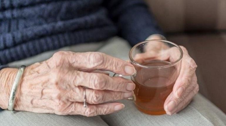 Пожилая жительница Ленобласти попалась на удочку мошенника, который попросил у 83-летней женщины в долг 901 тысячу рублей. Дама отдала ему эту внушительную сумму, но после обратилась в полицию.