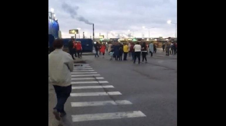 «Мегу Дыбенко» эвакуировали: люди выстроились у ТЦ