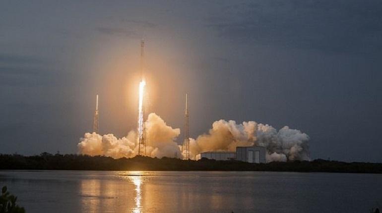 После запуска корабля Dragon к МКС первая ступень ракеты-носителя Falcon 9 упала в Атлантический океан. Об этом сообщает компания SpaceX, которая занималась запуском.