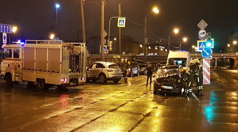 Такси и Infiniti «размотало» после ДТП на набережной Обводного канала