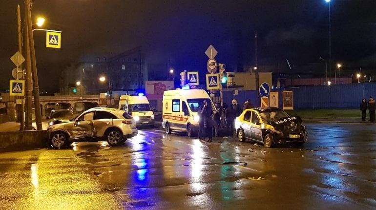 В результате столкновения такси и автомобиля Infiniti в Московском районе Петербурга малышка получила травмы средней степени тяжести, находившаяся с ней 21-летняя пассажирка такси доставлена в больницу в крайне тяжелом состоянии.