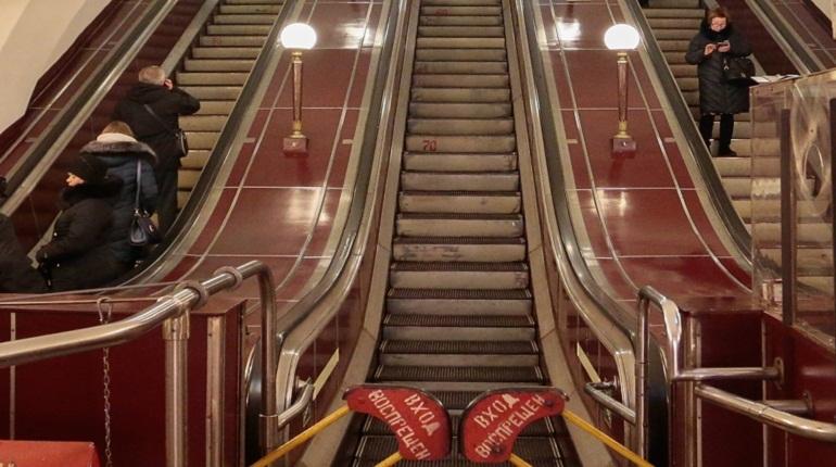 Пожилой турист из Таиланда стал жертвой карманников в метро Петербурга. У него вытащили банковские карты и наличные.