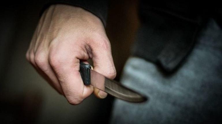 Вооруженного канцелярским ножом 16-летнего подростка передали врачам-психиатрам в Москве. Однако он все еще находится в школе, где утром 6 декабря произошел инцидент.