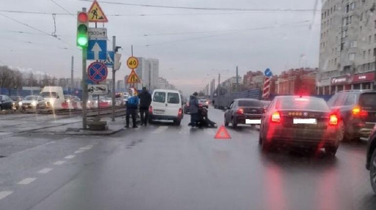 В Петербурге погиб пожилой мужчина. Он попал под колеса машины в Купчино — у дома № 49 по Бухарестской улице. ДТП произошло на пешеходном переходе.
