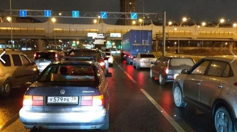 Жители Петербурга застряли в пробке у ЗСД. Дорогу перекрыли 6 декабря около 23:00.