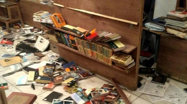 Неизвестный с топором напал на книжный магазин в центре Петербурга. Инцидент произошел на улице Маяковского.