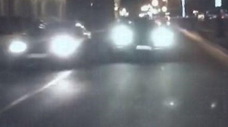 В социальных сетях опубликовали кадры с места ДТП на Дворцовой набережной, где  Porsche вылетел на встречную полосу, прямо под туристический автобус.